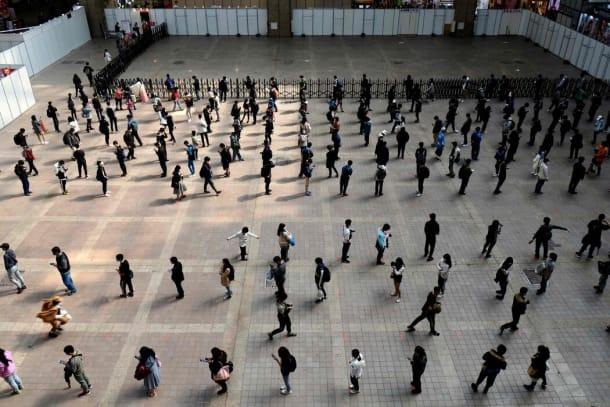 在上个月的台北国际动漫节上,人们用保持社交距离的方式排队。