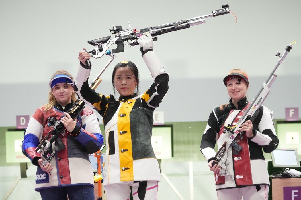 上周六,中国选手杨倩在女子10米气步枪比赛中夺冠,赢得了东京奥运会的首枚金牌。