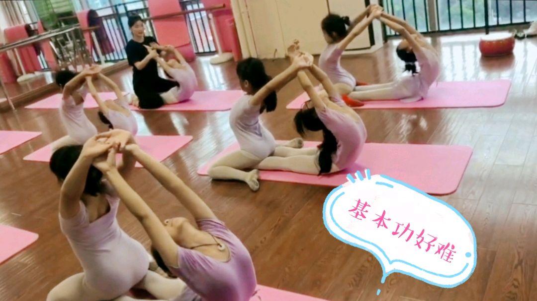 女儿中国舞9级基本功练习中,越来越难了!挺不容易的!加油!