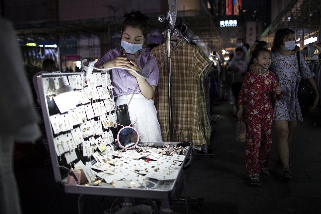 武汉夜市中的一个摊位。