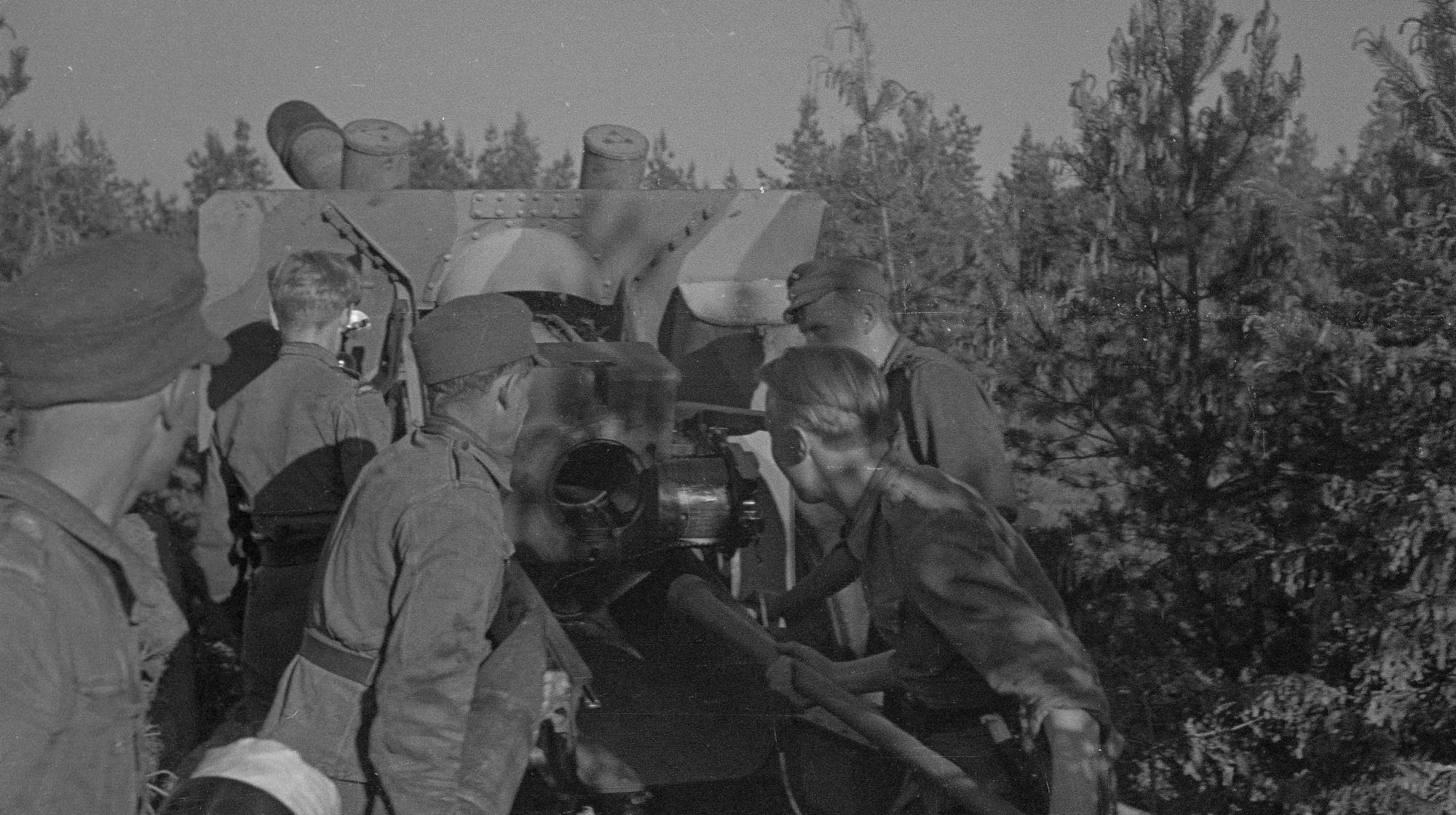 二战老照片:1944年芬兰炮兵使用缴获的苏联重炮