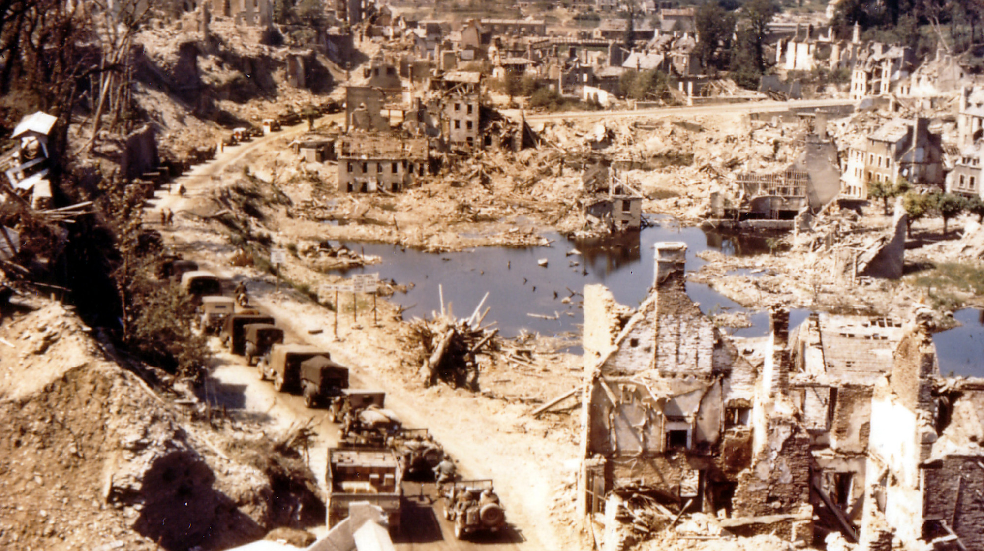 难得的二战彩色老照片,战火中被摧毁的法国古城圣洛