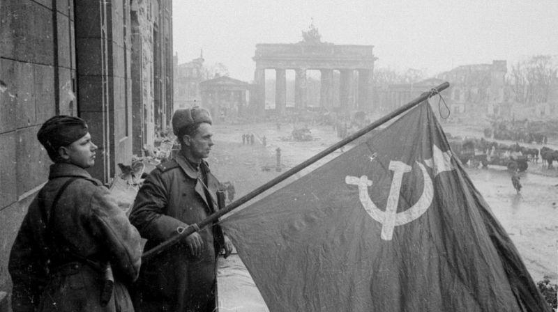一组二战老照片,攻克柏林后的苏军士兵