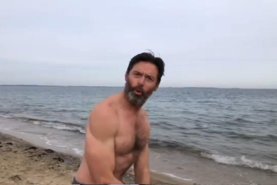 年过半百休杰克曼开年第一天就裸身冬泳