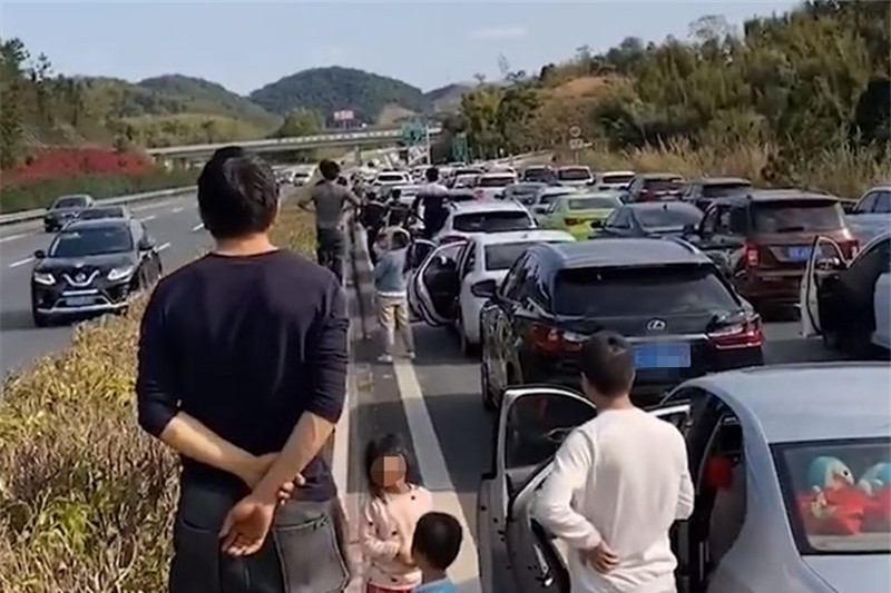 返程高峰已经开启,广东男子站在高速上吐槽:半小时没动一下!