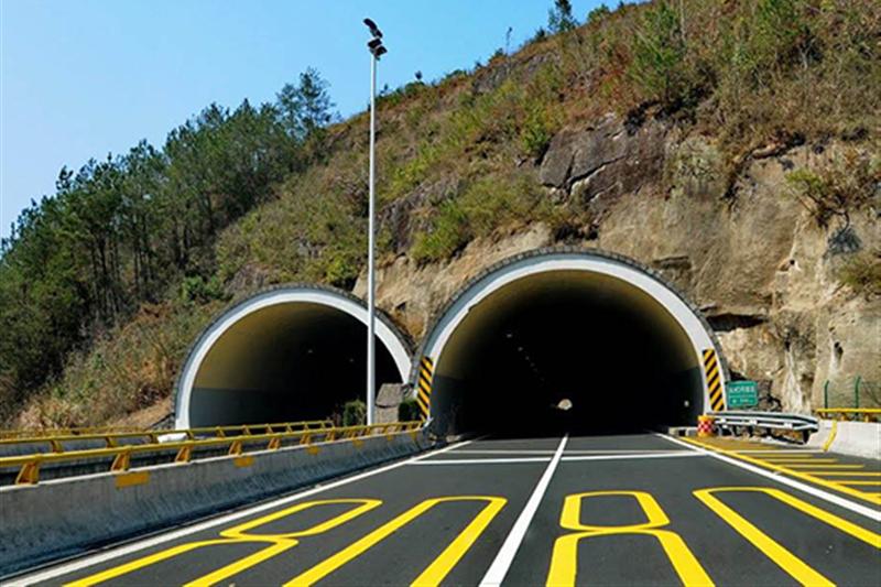 为什么跑高速隧道要靠左走?老司机:不知吃了多少亏才总结出来!
