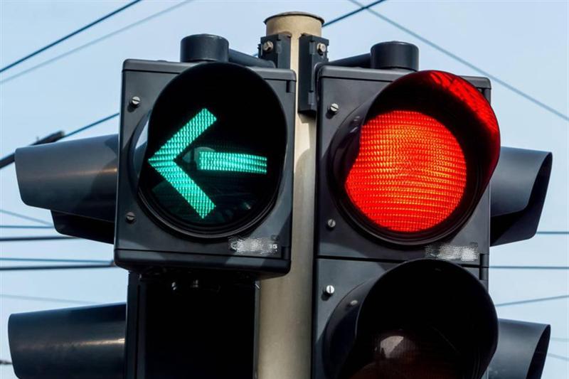 为什么闯红灯却没收到违章短信?交警:别慌,算你走大运了!