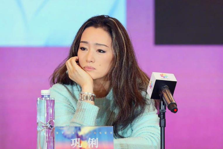 55岁巩俐电影节照片曝光,发量锐减裸色口红八字眉!国籍再惹争议