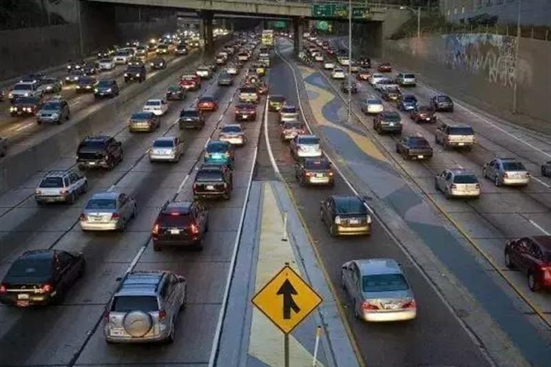"""明明不堵车,为什么龟速行驶的人这么多?谁才是""""罪魁祸首""""?"""