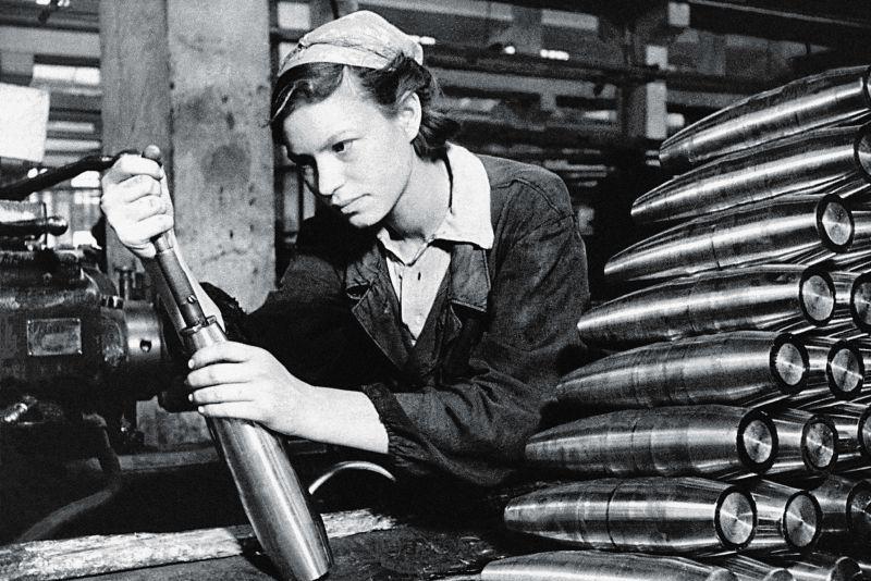 一切为了国家,二战老照片中投入军工生产的苏联妇女