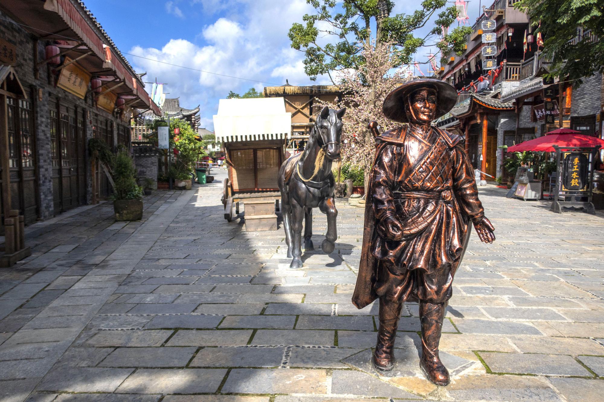 龙里龙门镇武侠文化旅游小镇:雕塑像