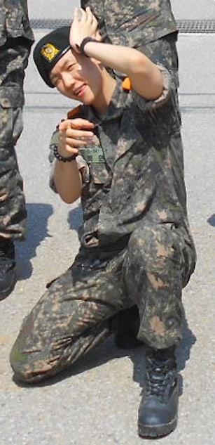 边伯贤入伍后新兵的新照片 一手放在头旁边俏皮地眨眼