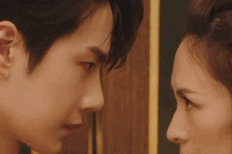 """王一博蕾丝背心成亮点,与章子怡在电梯拍MV,眼神""""暧昧""""还跳舞"""