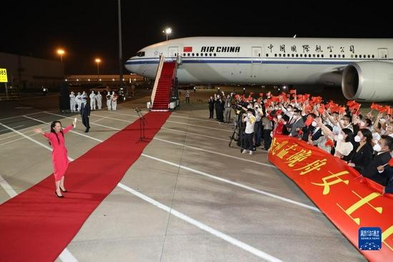 9月25日晚,在党和人民亲切关怀和坚定支持下,孟晚舟在结束被加拿大方面近3年的非法拘押后,乘坐中国政府包机抵达深圳宝安国际机场,顺利回到祖国。这是孟晚舟向欢迎人群挥手致意。新华社记者 金立旺 摄