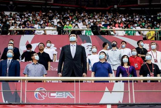 2021年5月1日,浙江诸暨,姚明在2020-2021赛季CBA总决赛现场。图/新华