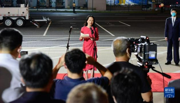 9月25日晚,在党和人民亲切关怀和坚定支持下,孟晚舟在结束被加拿大方面近3年的非法拘押后,乘坐中国政府包机抵达深圳宝安国际机场,顺利回到祖国。这是孟晚舟致辞。新华社记者 邓华 摄
