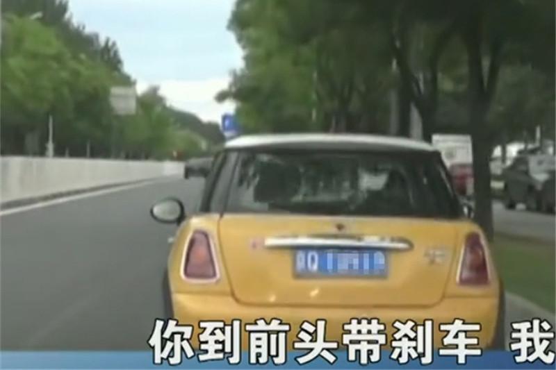 女子买车后4年未年检,面对交警处罚,女司机:我不懂!