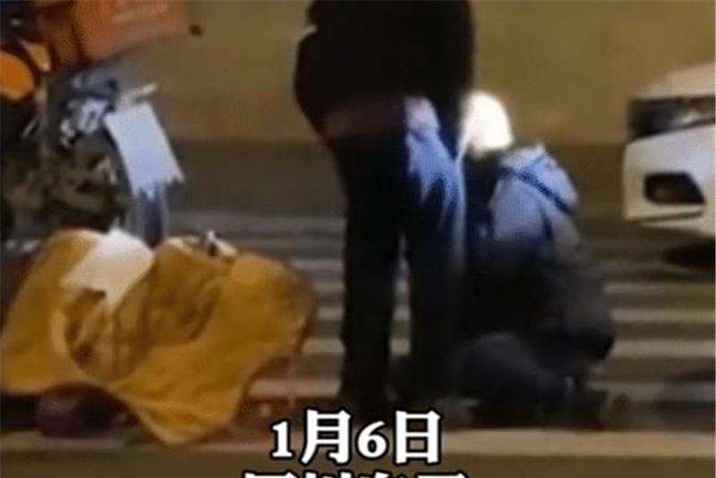 男子开路虎撞到女外卖员,下车后继续殴打,不料被路人当场放倒!