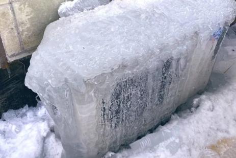 开暖气还是冷 他惊见室外机冻成大冰块