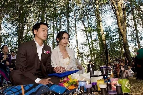 """太会了吧?吴彦祖""""钢婚""""晒南非婚礼照并表白妻子""""宝贝爱你"""""""