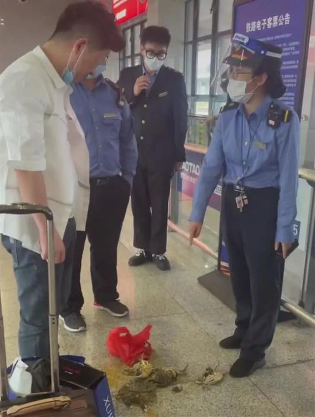 不能携带活螃蟹乘火车?男子当场踩死后带上车……