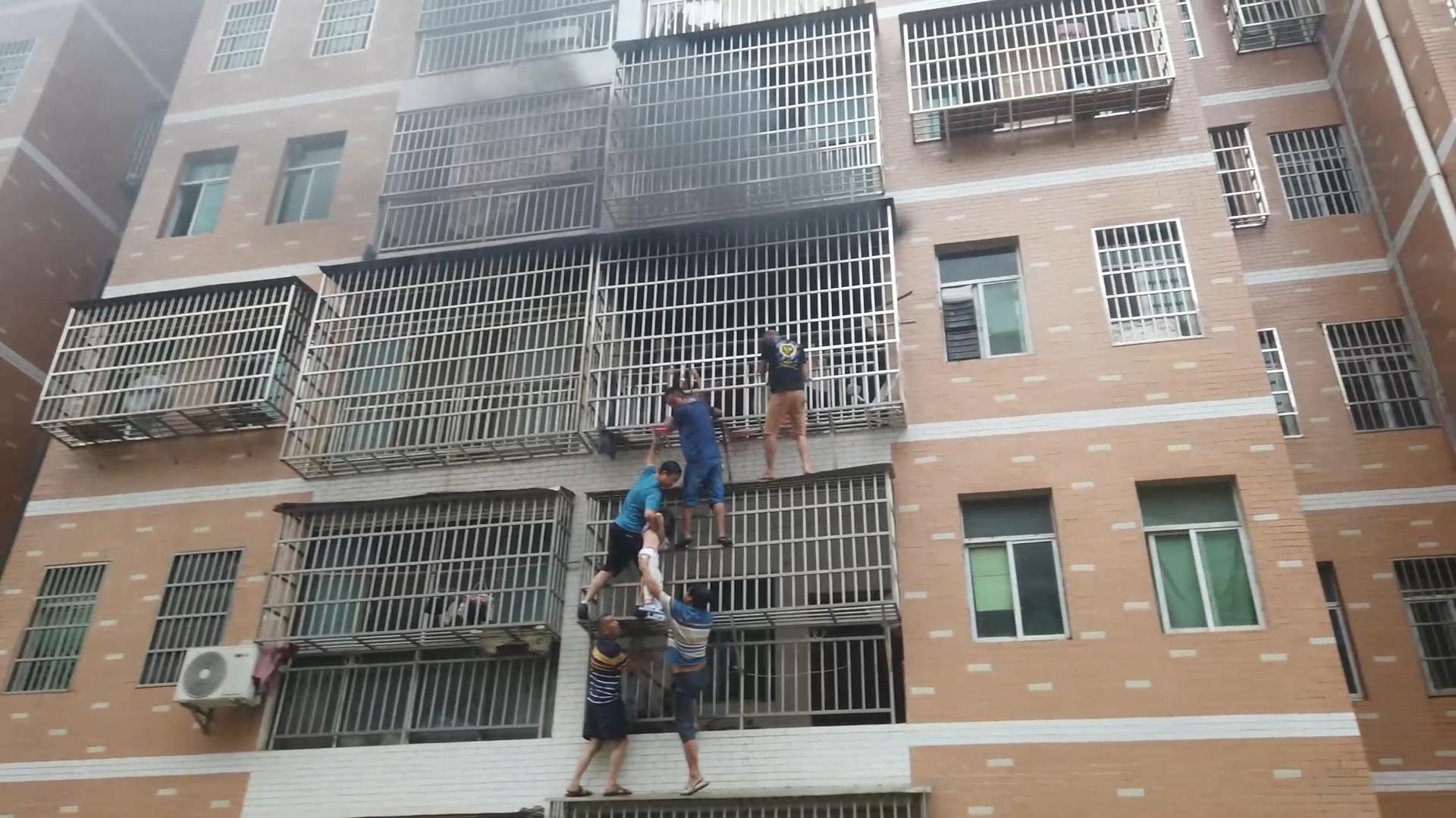 高楼起火6人搭人梯救女童 多种途径尝试找到他们遗憾未果