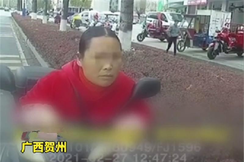 """广西大妈花5000元买""""老司机资格证"""",交警都笑了:秋名山在哪?"""