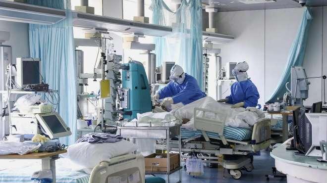 这波操作美媒都懵了:美医院挤满新冠患者,负债14368亿濒临破产