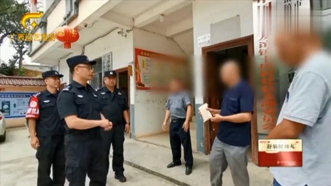 凭祥边境民警根据举报,抓获八名非法入境人员,奖励举报群众万元