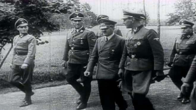由于盟军不断轰炸柏林,纳粹希特勒从德国总理府转移到地下暗堡!