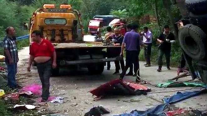 惨烈!实拍:信阳多人捡汽车洒落的蒜瓣 被侧翻货车伤害致8死11伤