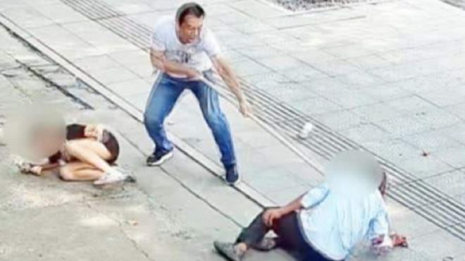 男子持刀伤人路边店主挺身而出
