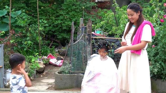 农村妈妈在家给闺女烫头发,整整花费3个小时,烫完超可爱