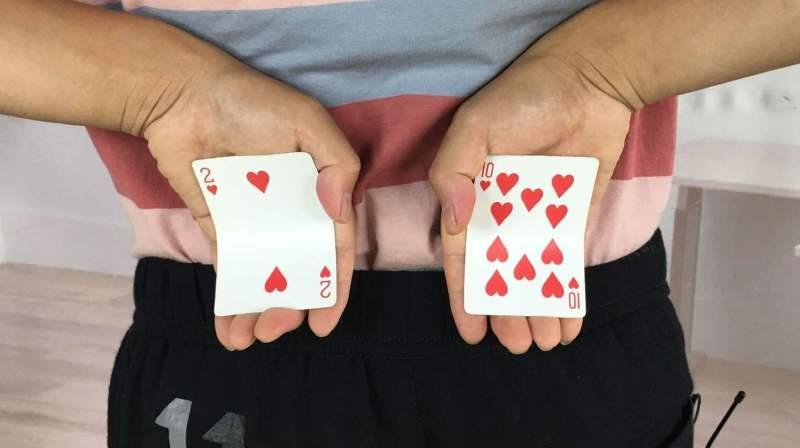 刘谦扑克牌魔术揭秘_为什么刘谦能从背后看穿扑克牌?特简单,教学后我服了_好看视频