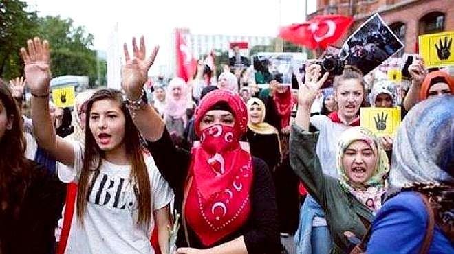 """德国上万人抗议,只为不戴""""奴役""""口罩,网友:比美国还能作!"""