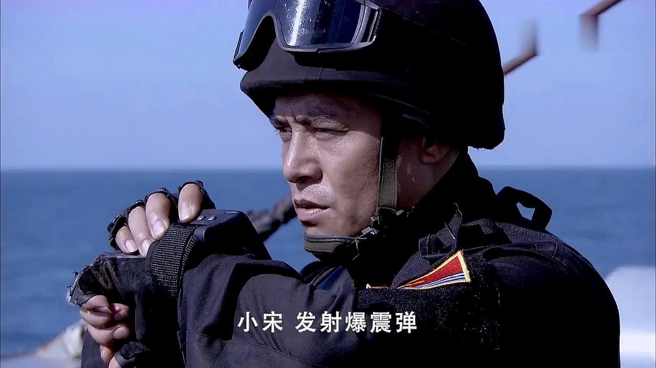 海盗炮轰中国海军,想不到还没开炮就被海军打进海里,这下栽了吧