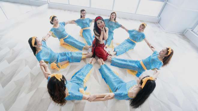 学东方舞的女人一定特别美,看看她们在舞蹈室的样子多欢快啊!