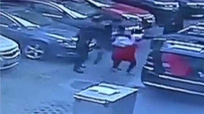 猖狂!奔驰男子堵住送餐通道,配餐员要求他离开时,竟殴打人