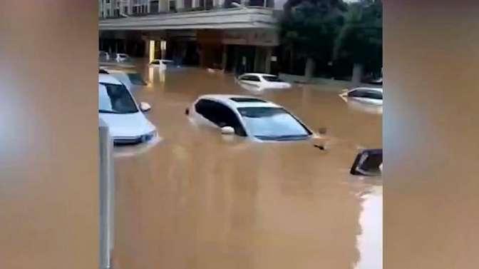 广州暴雨浸街成海!增城、黄埔发布停课通知,地铁13号线停运