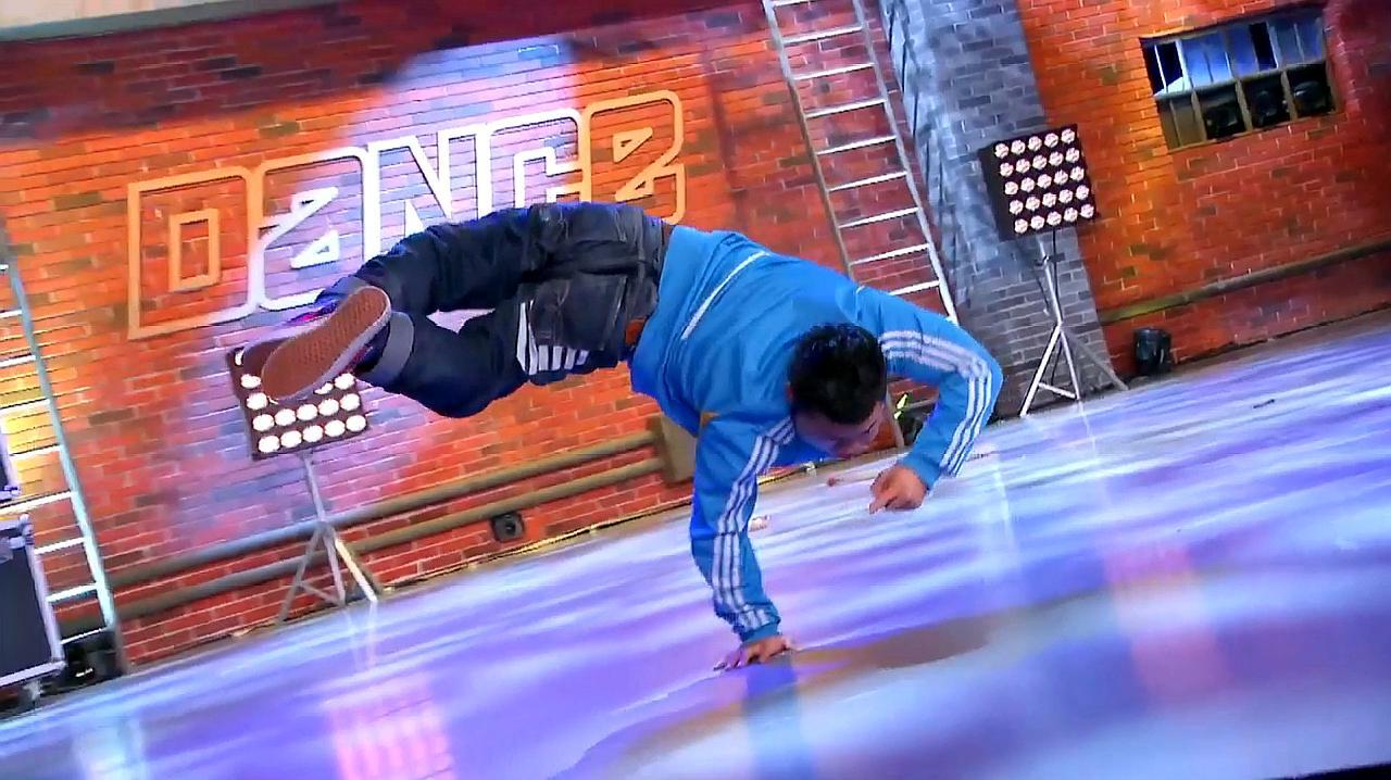 中国好舞蹈:残疾小伙小龙上好舞蹈,表演精彩街舞,惊艳全场