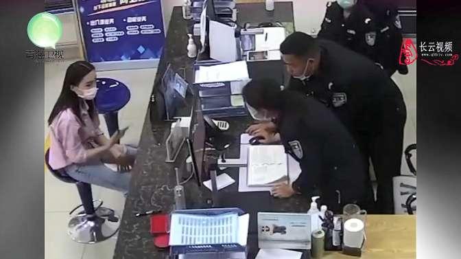 女子忘记自己逃犯身份,去派出所办理护照,警察淡定周旋机智拿下