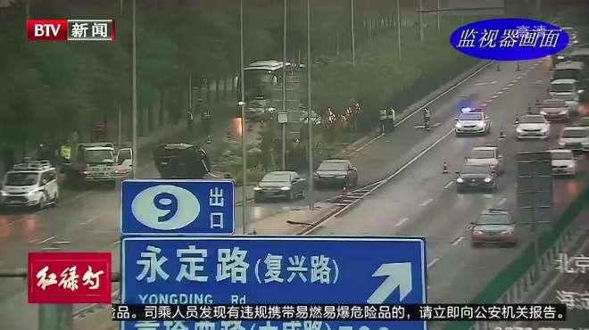 回顾:小客车凌晨突发事故撞入隔离绿化带,导致1死2伤的惨剧!