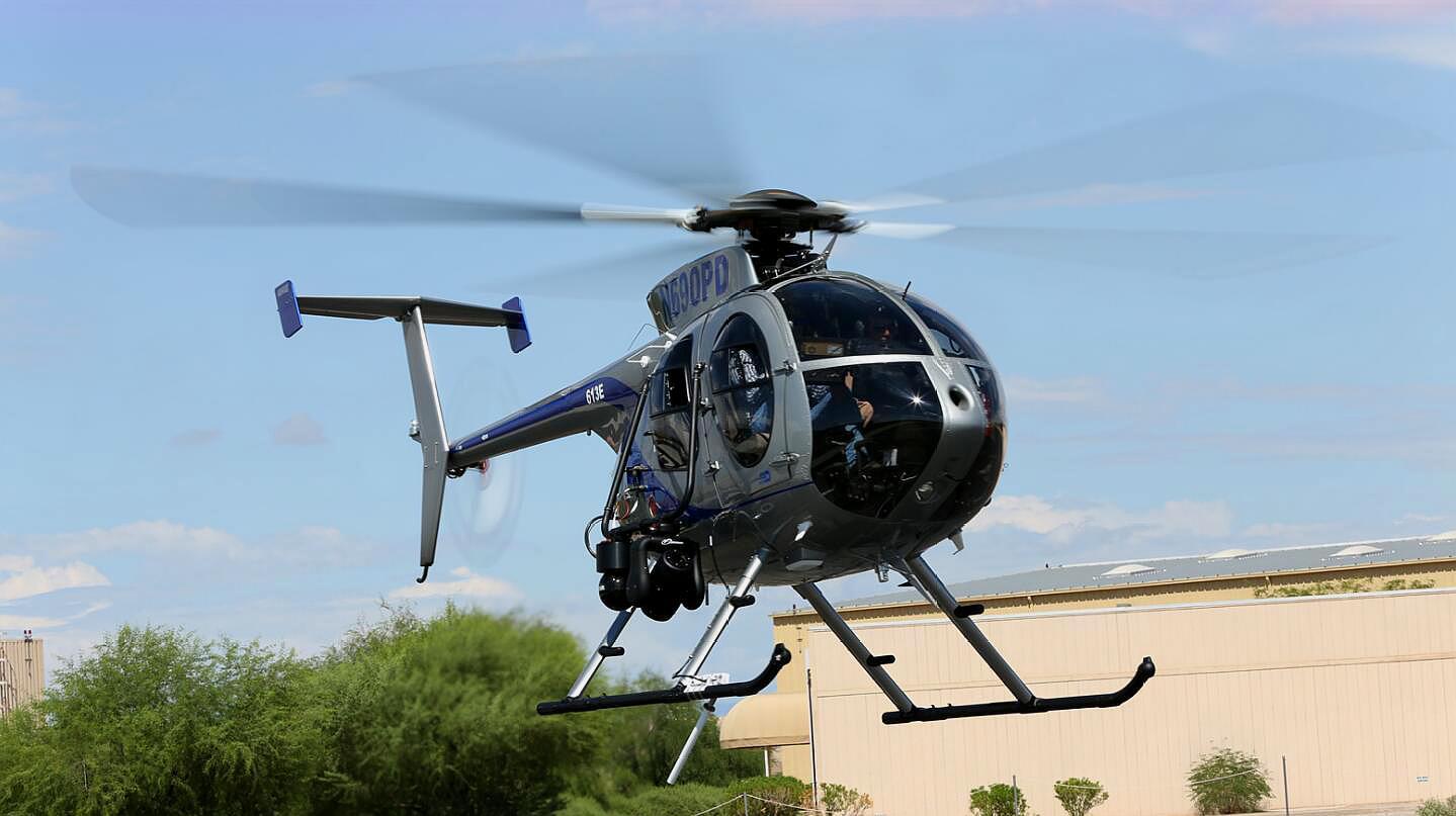 麦道500E直升机,飞行时全靠手动操作,内部可坐5人