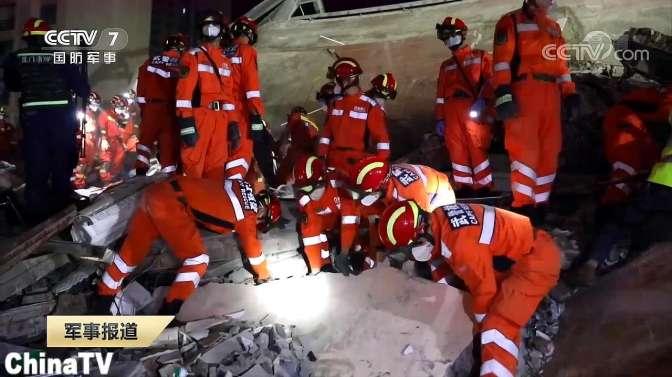 福建泉州:武警官兵利用生命探测仪紧急搜救酒店坍塌受困人员