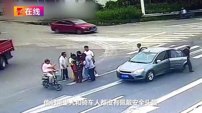 女子骑电动车闯红灯儿子跳车被撞