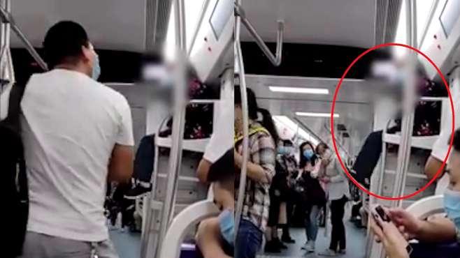 老太爬上地铁车厢行李架上蹭坐
