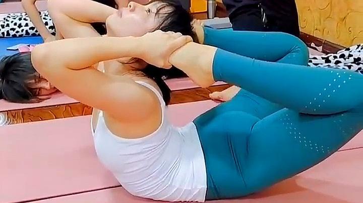 瑜伽学员的第一课,教练的魔鬼训练