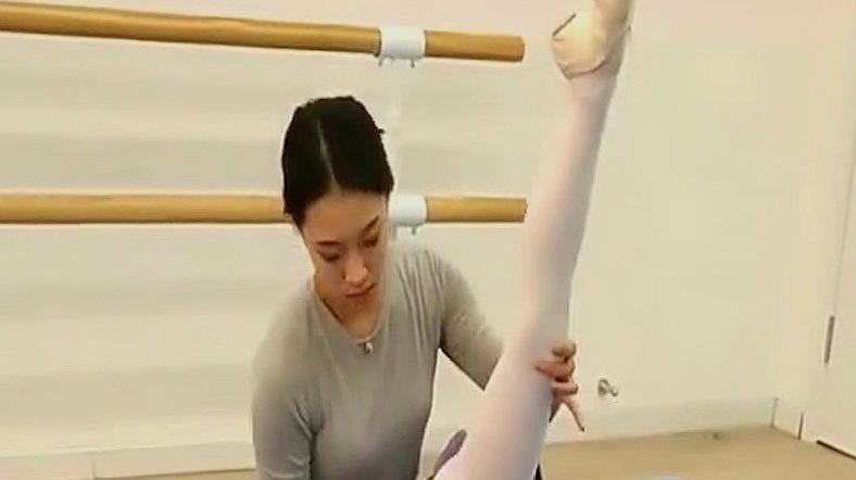 舞蹈房的新生小姑娘,老师教学侧肘支撑一字马,舞蹈生真不容易!