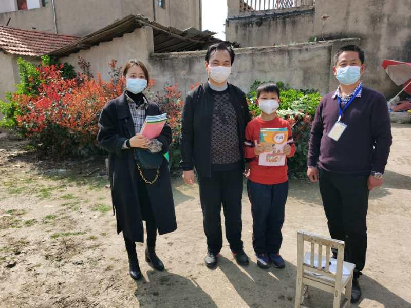 """汉川汉新小学:抗""""疫""""不停学   教材送到家"""
