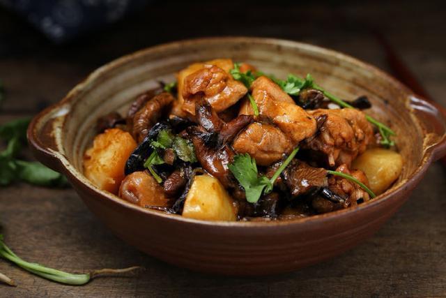 鸡肉怎么做才好吃,用一只小鸡炖蘑菇,不仅营养价值高还好吃